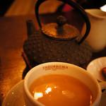 ジェラテリア テオブロマ - アッサムティー。鉄器から注ぐからアツアツで美味しいです。
