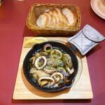 プレゴ - 牡蠣とイカのアヒージョ