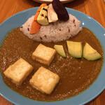 南青山野菜基地 - ふわふわ揚げ豆腐のアボカドカレー