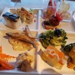 SUPREME - 前菜。ブロッコリーのマリネと奥のエビのカクテルサラダと〆鯖の押し寿司が美味しかった。