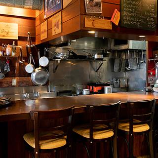 シチリアの食堂をイメージした明るい店内は居心地の良さが自慢
