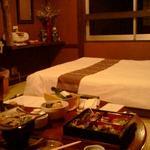 アジアン港宿 遊海月 - 初島の見えるダブル和室でいただくお重の夕食。