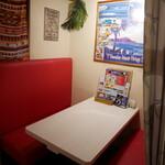 ウミヤ ハワイアン カフェ - ゆったりソファ席