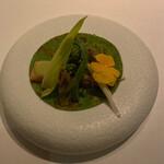 AZUR et MASA UEKI - 低温調理ミキュイのサクラマス、蛤と菜の花、こごみ、つぼみ菜を能登輪島の中島菜のクレープで包んで頂くアミューズ