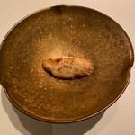 AZUR et MASA UEKI - トリッパ(牛の胃袋ハチノス)とバイ貝の煮込みに北海道産カチョカバロチーズのグラタン