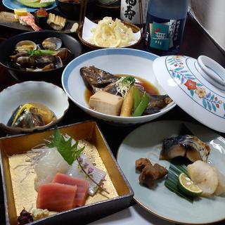 瀬戸内海の魚を中心に国産の食材を使用した料理を楽しめます。