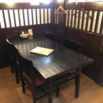 蔵の庄 - テーブル席(コの字型にパーテーション)