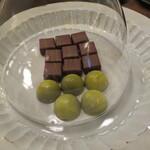 ザ リビングルーム - 山椒のチョコレート(奥)柚子のチョコレート(手前)