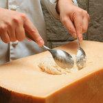 和伊の介 - パルメジャーノ レッジャーノ チーズリゾット【1,250円+税】旨さにビックリ!でかさにビックリ!お客様の前でお作りする濃厚リゾット