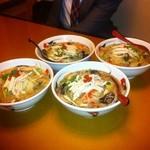 レストラン三宝 - 好爽湯麺が4つも並ぶテーブル...(;´Д`A ```