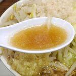 麺屋武一 - スープは醤油の風味はそこそこに、鶏と思われる切れの良い旨味が効いてウマー!