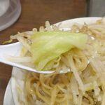 麺屋武一 - 野菜は甘味を帯びたキャベツ、みずみずしさ満点でスープの風味をよく吸い込んだもやしとボリューム十分!