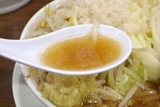 麺屋武一 北千住店 - スープは醤油の風味はそこそこに、鶏と思われる切れの良い旨味が効いてウマー!