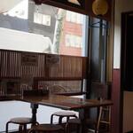 瑠玖&魚平 - 店内(テーブル席)
