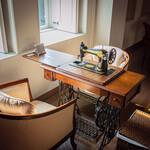 ハルヒ レストラン - 【居酒屋バル】なんとミシン台をテーブル替わりに使用!アンティークの足踏みミシンはちゃんと動きます。ついつい足でパタパタ踏みたくなる楽しいお席です。もちろん針は取り外していますので、ご安心ください。