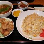 中華のんき - 料理写真:スタミナチャーハン 生野菜と唐揚げ 860円