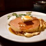 カフェ香咲 - ホットケーキ@780円:バターを乗せ、シロップを。