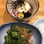124834017 - 菜の花からし醤油450円、まぐろ山かけ690円。山かけにウズラの卵が嬉しいですね。山芋、マグロが合わさって、とても美味しい一品です(╹◡╹)