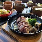 124843256 - ニクベジランチ…メインと前菜6種盛り スープとご飯はセルフサービスおかわり自由