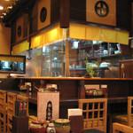 黒かつ亭 - 広くはないですが、スタッフの元気な声が響く、入りやすい店内です。