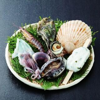 新鮮魚介を網焼きで!海鮮バーベキューをビール片手にテラス席で