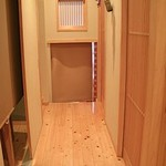 もつ鍋一藤 - 左右に小部屋が配置され、通路の奥は隠れ部屋のようになっています