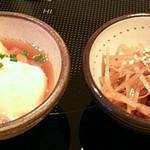 もつ鍋一藤 - 本日の小鉢は2種類が2つずつ出され、好きな1つを選びます