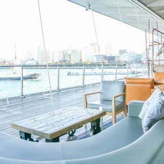 船の往来と広がる景色のなかで、特別なお時間をお過ごしください