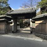 西村屋 本館 - 大きな門