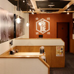 長浜豚骨ラーメン 一番軒 - 清潔感のあるモダンな空間