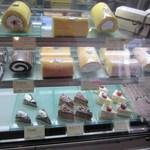 Lien - にあるお店はそんなに大きくはありませんが自慢のロールケーキを中心にケーキが並びます。