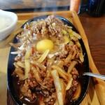 食小屋 タナカ - 鉄板に配膳された牛肉甘辛みそ炒め。生卵は直ぐにかき混ぜました。