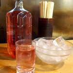 124898403 - あか(価格不明)。焼酎の赤ワイン割り、この店では8割の客が頼む「公然の裏メニュー」