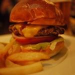 シェイクツリー - 夜のチーズバーガー