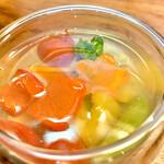 124906869 - パプリカ赤黄色、プチトマト、かぼちゃ、アスパラガス、人参、菜の花、きゅうりが入ったコラーゲン寄せは優し彩り味わい。野菜それぞれの甘味や香味を活かす薄い味付け。