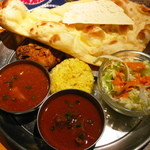 インド料理 ムンバイ - ムンバイセット:カレー2種/バーベキュー2種/ナン・ライス/グリーンサラダ/パパル \1650