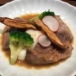 赤坂 多に川 - 鮪のほほのステーキ、温玉添え