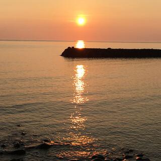 目の前に海が広がるテラス席。絶景の夕日をご覧ください!