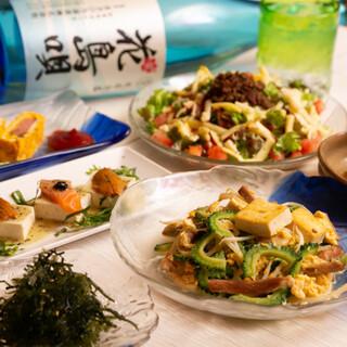 優しい出汁が染み渡る「沖縄ソーキそば」は、〆にもぴったり