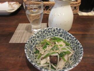 天ぷら 飛鳥 - 森の菊川 純米酒と、小鉢の仙台せりとしめじのおひたし