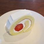 12496403 - 苺のロールケーキ