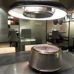 正泰苑 - 焼肉メニューを注文すると、ロースターが運ばれてくる。火力はウバメガシの成型単