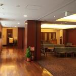 124979152 - 昭和8年竣工のガスビル館内の食堂。往時の佇まいを感じる店内。