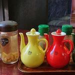中国料理 生駒軒 - 西応寺生駒軒 @芝公園 卓上調味料類 奥にある中丸瓶は胡椒と七味唐辛子