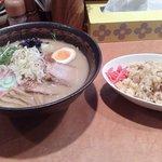 麺処 咲柳 - ごま味噌ラーメン(700円)と小辛チャーハン(200円)