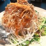 鉄板焼 蕾 - 大根とカリカリじゃこのサラダ 大根の千切り美味しい