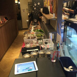 和牛焼肉食べ放題 肉屋の台所 - サラダなどのサイドディッシュはセルフサービス