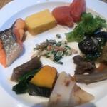 ROYAL Mirai Dining - 朝食ビュッフェ1600円(税込み)。焼き鮭、玉子焼き、生たらこ、ブロッコリー、和惣菜6種。鮭とたらこが、以前よりも美味しくなった印象です(╹◡╹)