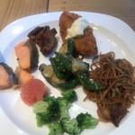 ROYAL Mirai Dining - 朝食ビュッフェ1600円(税込み)。色々&焼きそば。この、シンプルな焼きそばも、とても気に入っています(╹◡╹)