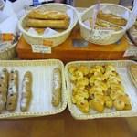 12503876 - 私は焼き立ての香りのするパンの中から数品を選んで買って帰りました。